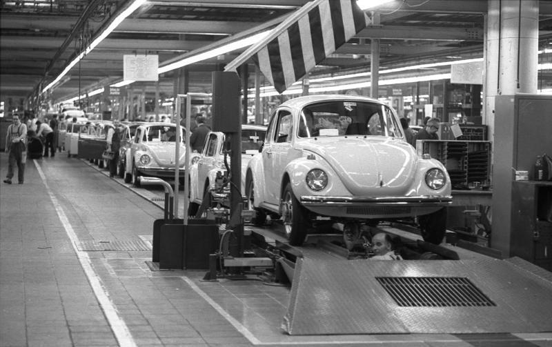 خط تولید فولکس واگن بیتل سال ۱۹۷۳